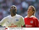 图文:[德甲]拜仁慕尼黑1-2汉堡 两人在看什么