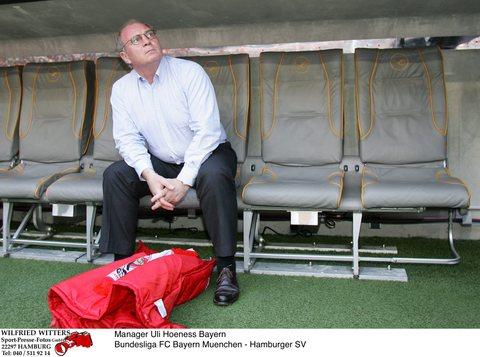 图文:[德甲]拜仁1-2汉堡 霍内斯有点沮丧