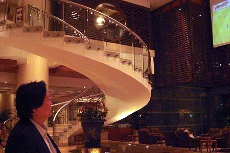 朱广沪在酒店大堂观看郑智的比赛