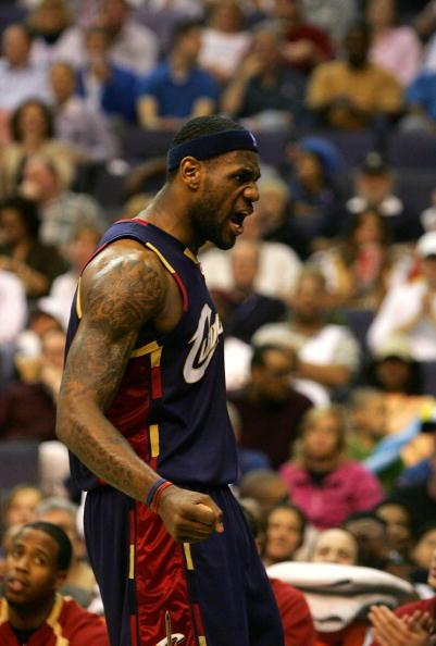 图文:[NBA]骑士胜奇才 詹姆斯狂庆胜利