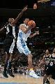 图文:[NBA]马刺vs掘金 坎比摘下篮板