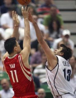 图文:[NBA]火箭vs爵士 姚明后仰出手
