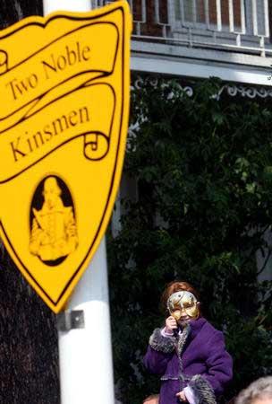 街头广告牌上挂着纪念莎士比亚的牌子