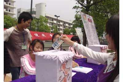 湖南科技职业技术学院学生给李红英捐款现场 李毅 摄