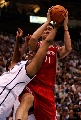 图文:[NBA]火箭vs爵士 姚明力摘篮板