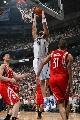 图文:[NBA]火箭负爵士 布泽尔双手扣篮