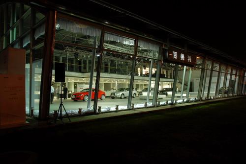 夜幕中灯火通明的全新奥迪4S店