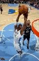 图文:[NBA]马刺胜掘金  邓肯拼命回防