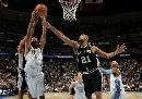 图文:[NBA]马刺胜掘金  邓肯盖帽