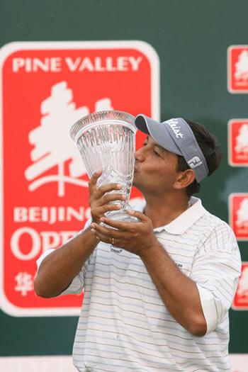 图文:北京高尔夫赛球落幕 盖伊亲吻冠军奖杯
