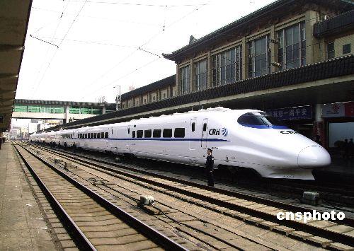 中国铁路第六次大提速时投入运营的动车组,集中国内所有生产资源、科研资源、研发资源和资金资源,使设计水平、制造工艺、主要性能、舒适度、安全性完全达到当今世界同等产品的一流水平。 中新社发 杨静龙 摄