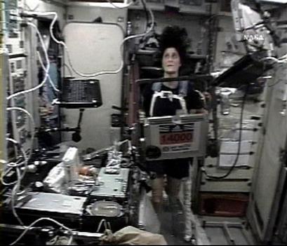 美女 威廉姆斯/4月16日,女宇航员威廉姆斯跑完全球首次太空马拉松(图)