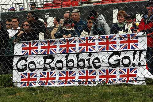 现场满是支持英国车手夺冠的当地车迷