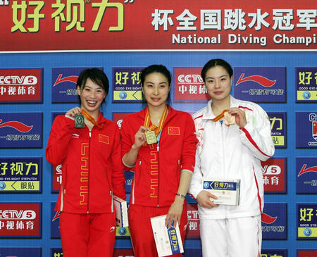 在刚刚结束的全国跳水冠军赛上,郭晶晶(中)、李婷(左)和吴敏霞分获冠亚季军