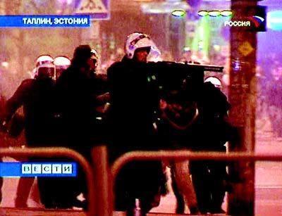 爱沙尼亚警察驱散示威者。