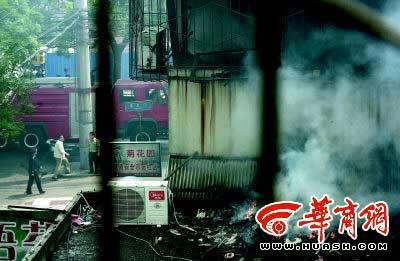 爆炸引燃旁边二层小楼上的杂物