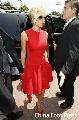 图文:[花边]小贝夫妇购豪宅 一袭红裙颇香艳