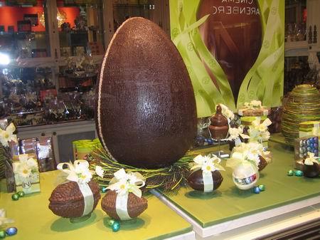 复活节前夕商家摆出的巧克力蛋