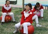 小学生进行羊角球活动