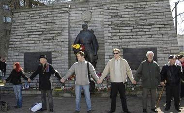 人们手拉手保卫士兵雕像。