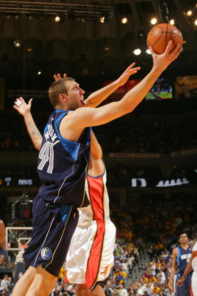 图文:[NBA]小牛负勇士 诺维茨基单手上篮