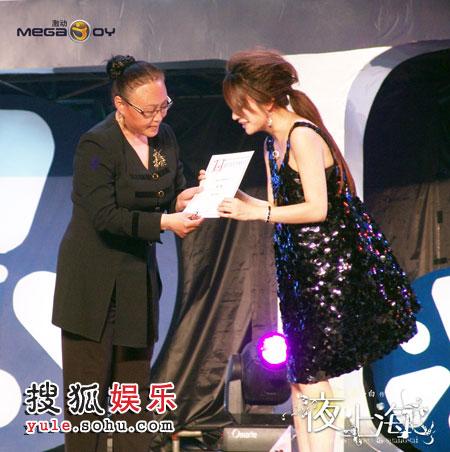 """斯琴高娃为赵薇颁发""""最受欢迎女演员奖"""""""