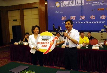 SWATCH代表将赠予志愿者的手表转交给叶汝强副区长