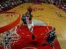 图文:[NBA]火箭胜爵士 麦迪杀入篮下