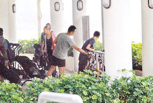 伊健和蒙嘉慧抵达西贡码头后买饮品解渴