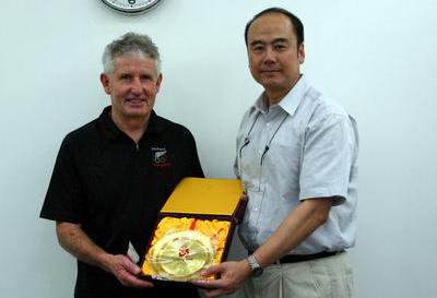 图为2005年7月新西兰奥委会代表团到访时 北京奥组委执行副主席王伟会见代表团团长戴夫-库里(资料图) 张雨摄