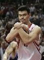 图文:[NBA]火箭战胜爵士 姚明抱紧篮球