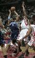 图文:[NBA]火箭战胜爵士 费舍尔撞倒海耶斯