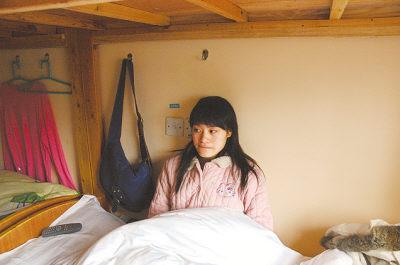 周末,学影视新闻的黄娇坐在床上看电视。