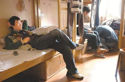 白乐躺在小旅馆里打发时间,等着跟室友一起出去吃饭。