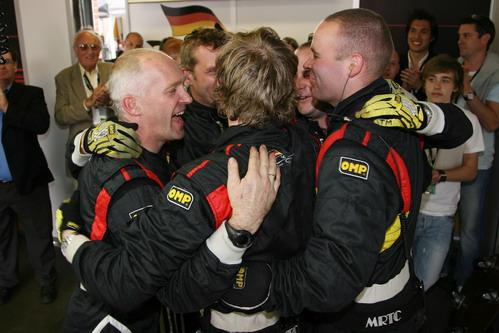 图文:[A1]英国站 德国队工作人员一起庆祝胜利