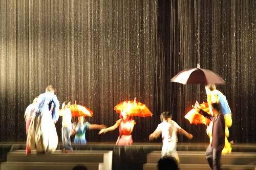 舞台下起大雨
