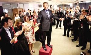 5月1日,在位于伦敦的工党总部,布莱尔站在一个盒子上向工作人员致辞。