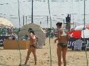 图文:沙排上海公开赛首日 女队员传递