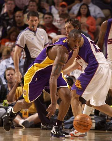 图文:[NBA]太阳VS湖人 科比突破纳什
