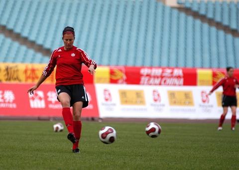 图文:[女足]加拿大队赛前适应场地 射门练习