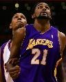 图文:[NBA]太阳胜湖人 图里亚夫准备抢板