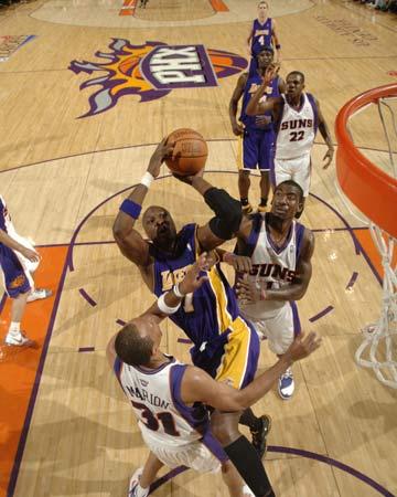 图文:[NBA]太阳胜湖人 奥多姆以一敌二