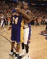 图文:[NBA]太阳胜湖人 科比拥抱贝尔