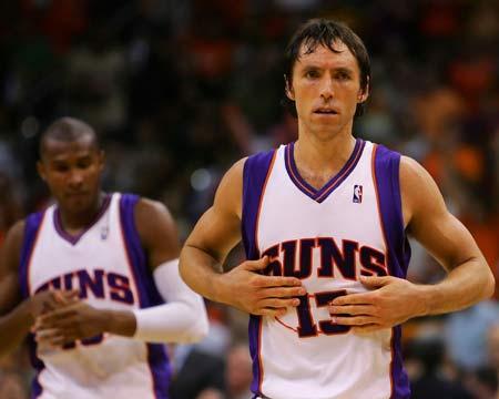 图文:[NBA]太阳胜湖人 纳什抚摸胸口