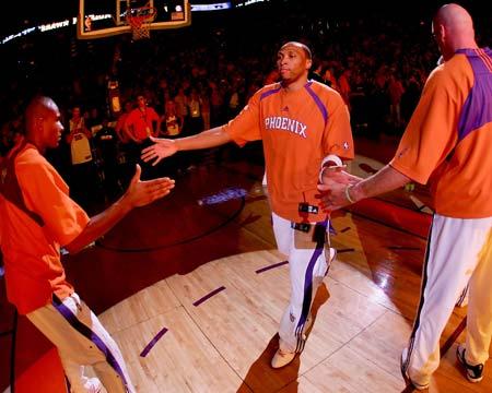图文:[NBA]太阳胜湖人 马里昂与队友击掌