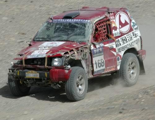 图文:2007年环塔汽车拉力赛 王涛受损的赛车