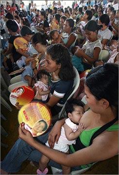 菲律宾3000多位妈妈展开一场大规模的集体哺乳活动