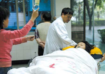 救起的溺水者被送往医院 记者 孙须