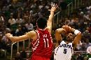 图文:[NBA]火箭vs爵士 姚明封堵布泽尔