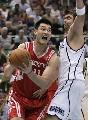 图文:[NBA]火箭vs爵士 姚明强打奥科
